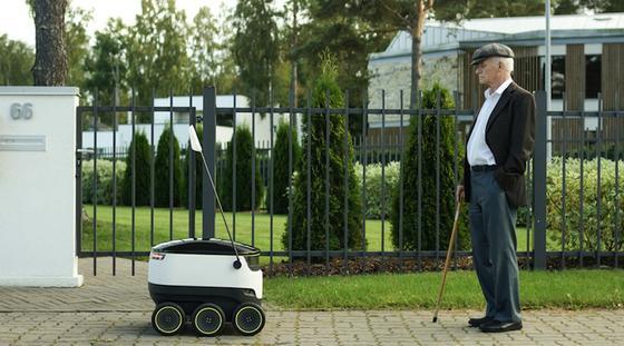 Ups, Roboter auf dem Gehweg: Damit muss der ältere Herr in Zukunft wohl rechnen.Die britische Firma Starship Technologies will die kleinen Bots auf die letzte Meile zum Kunden schicken. Das Pendant zum Drohnen-Lieferservice.