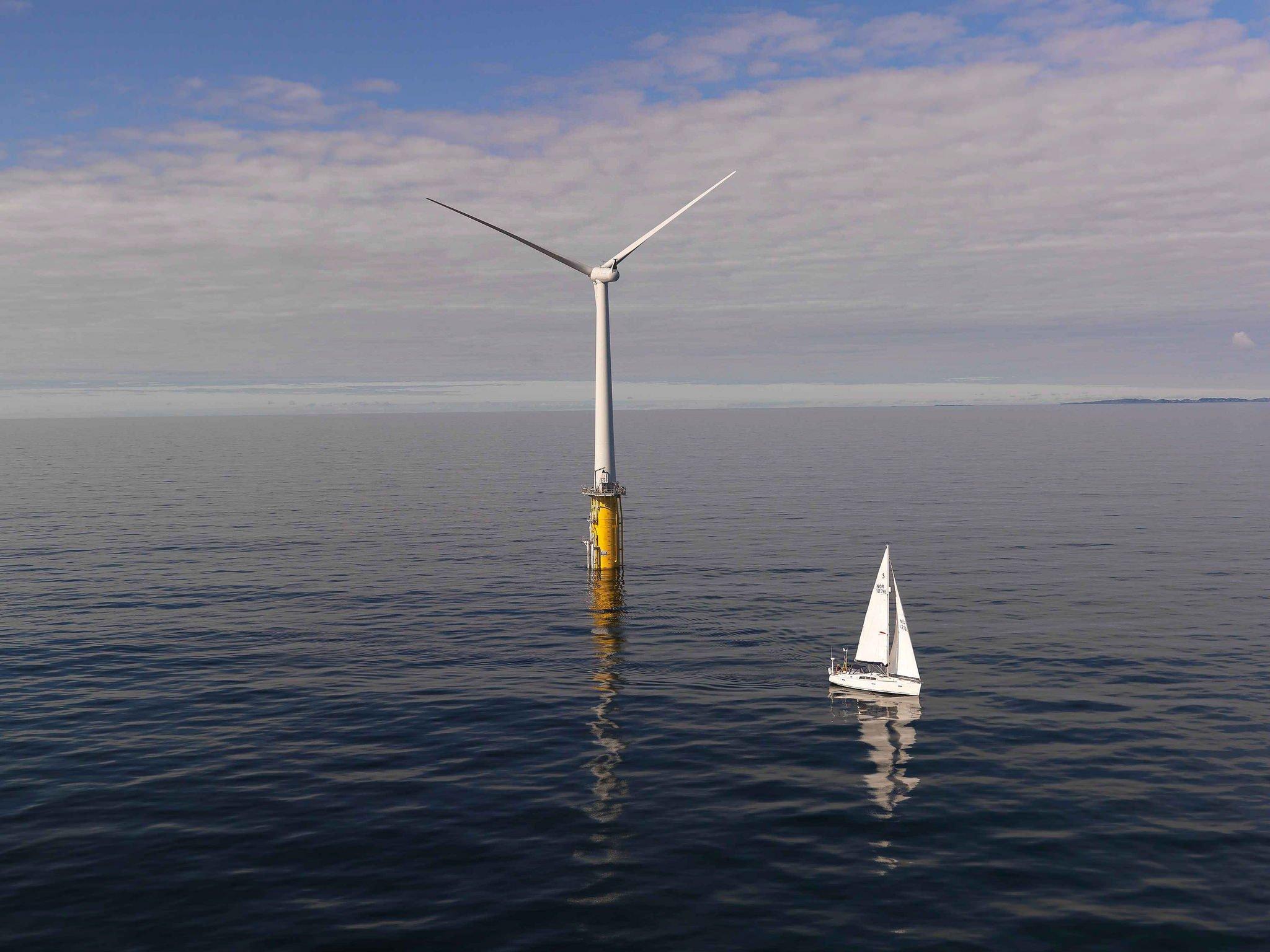 Die schwimmenden Windräder hat Statoil bereits seit 2009 vor der norwegischen Küste erprobt. Jetzt werden sie erstmals im großen Rahmen vor der schottischen Küste eingesetzt.