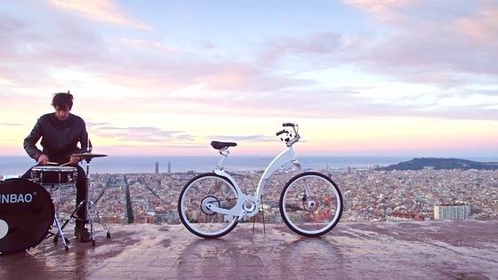 Das faltbare PedelecGi FlyBike vor der Kulisse von Barcelona: Das Kickstarter-Projekt hat genug Kapital eingesammelt, das Fahrrad wird im nächsten Jahr gebaut.