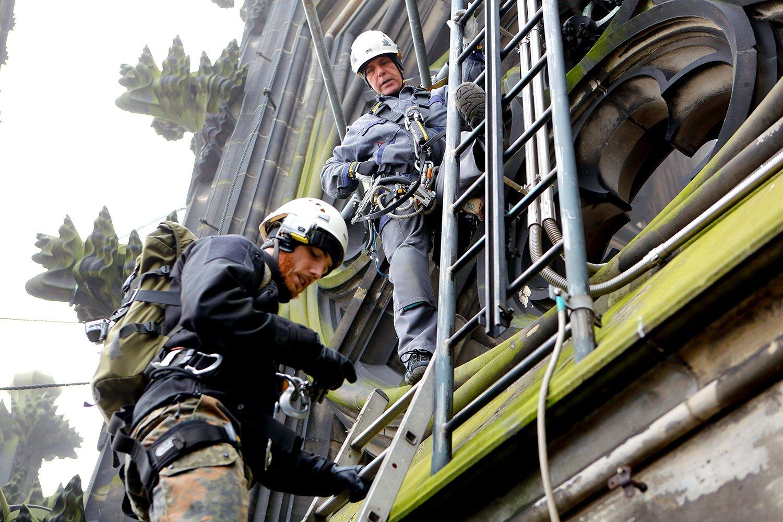 Die Ingenieure der Hochschule Fresenius erklimmen jede Stelle des Kölner Domes, um sie für ihr 3D-Modell zu erfassen.