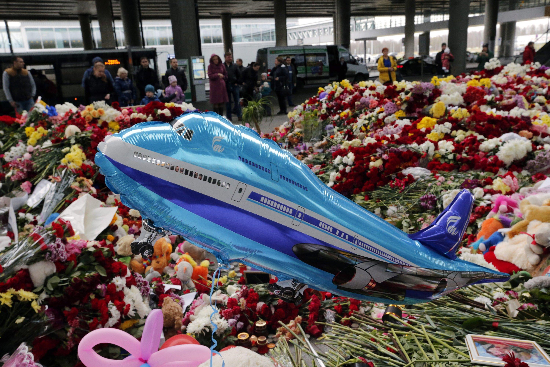 Im Zielflughafen in Sankt Petersburg des abgestürzten Airbus A321 wird den 224 Opfern mit Blumen und Kerzen gedacht.