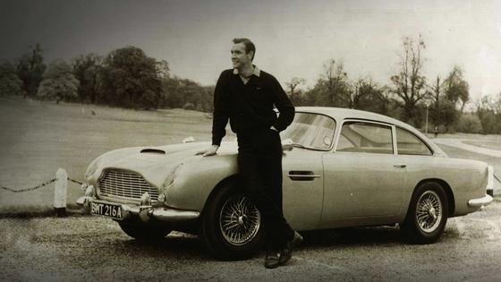 Sean Connery vor dem Aston Martin DB5: Der kultige Sportwagen kam in den Filmen Goldfinger und Feuerball zum Einsatz.