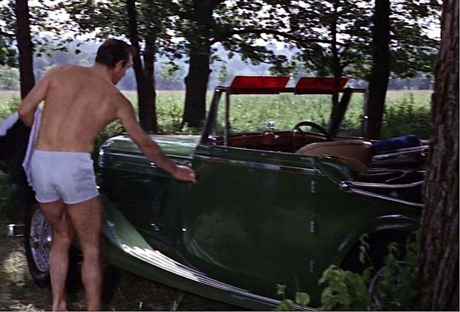In einem BentleyDrophead Coupé von 1935 geht James Bond im Film