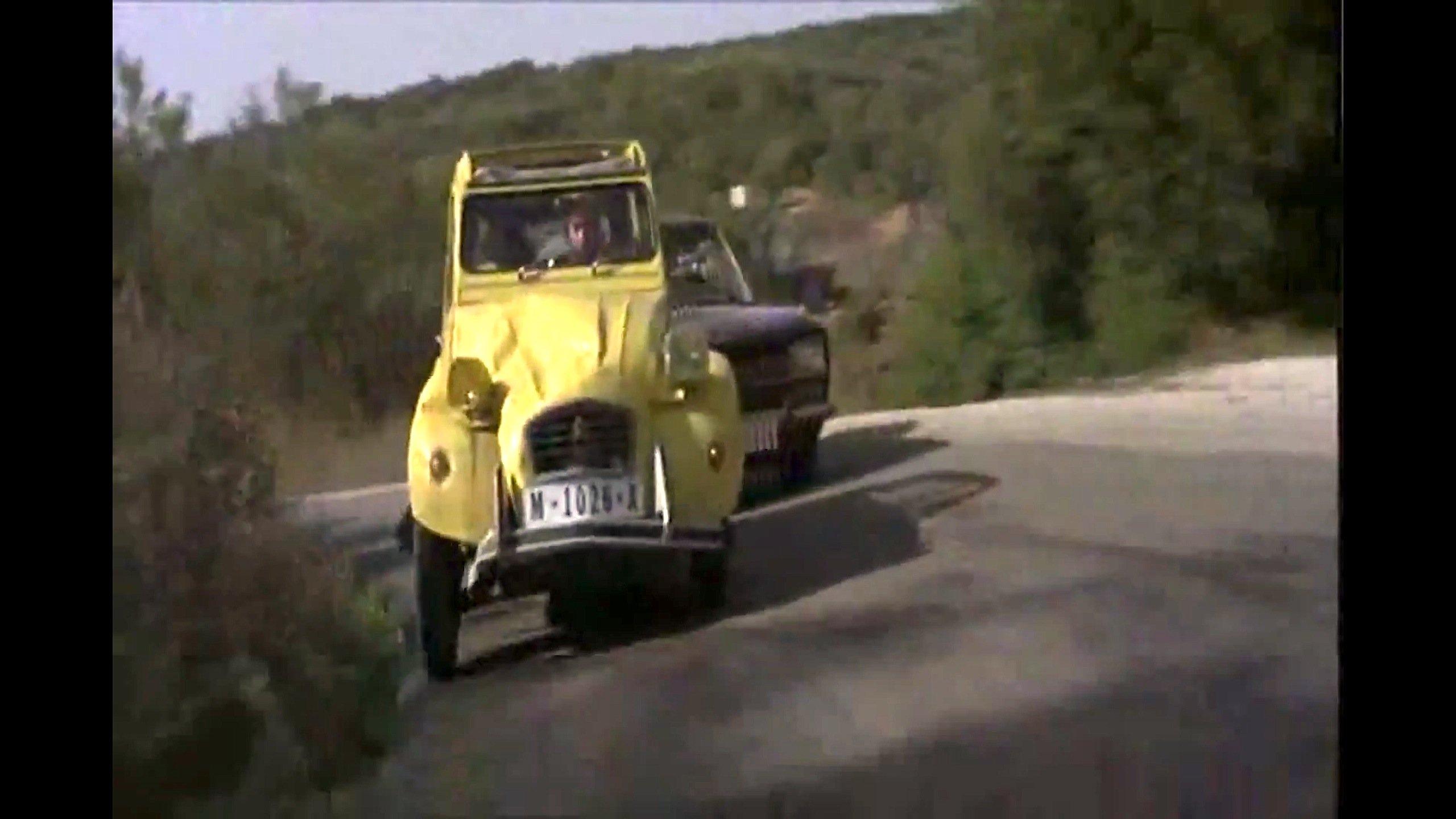 """Ente mit guter Kurvenlage: Im Film""""In tödlicher Mission"""" liefert James Bond alias Roger Moore in einem frisierten 2CV eine tolle Verfolgungsjagd."""