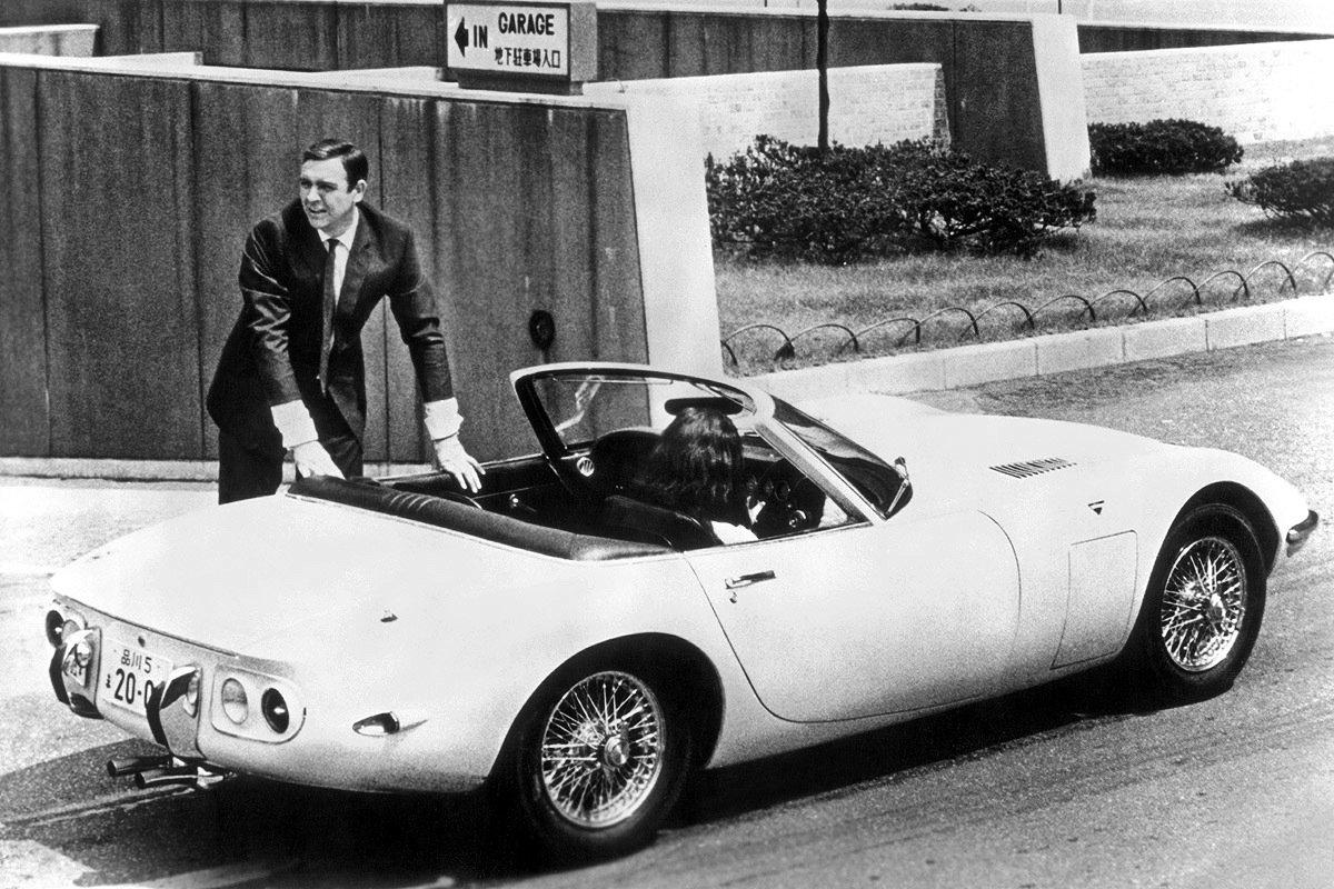 """So schön waren einmal die Cabrios von Toyota: In einemToyota 2000 GT istSean Connery 1967 im Film""""Man lebt nur zweimal"""" unterwegs."""