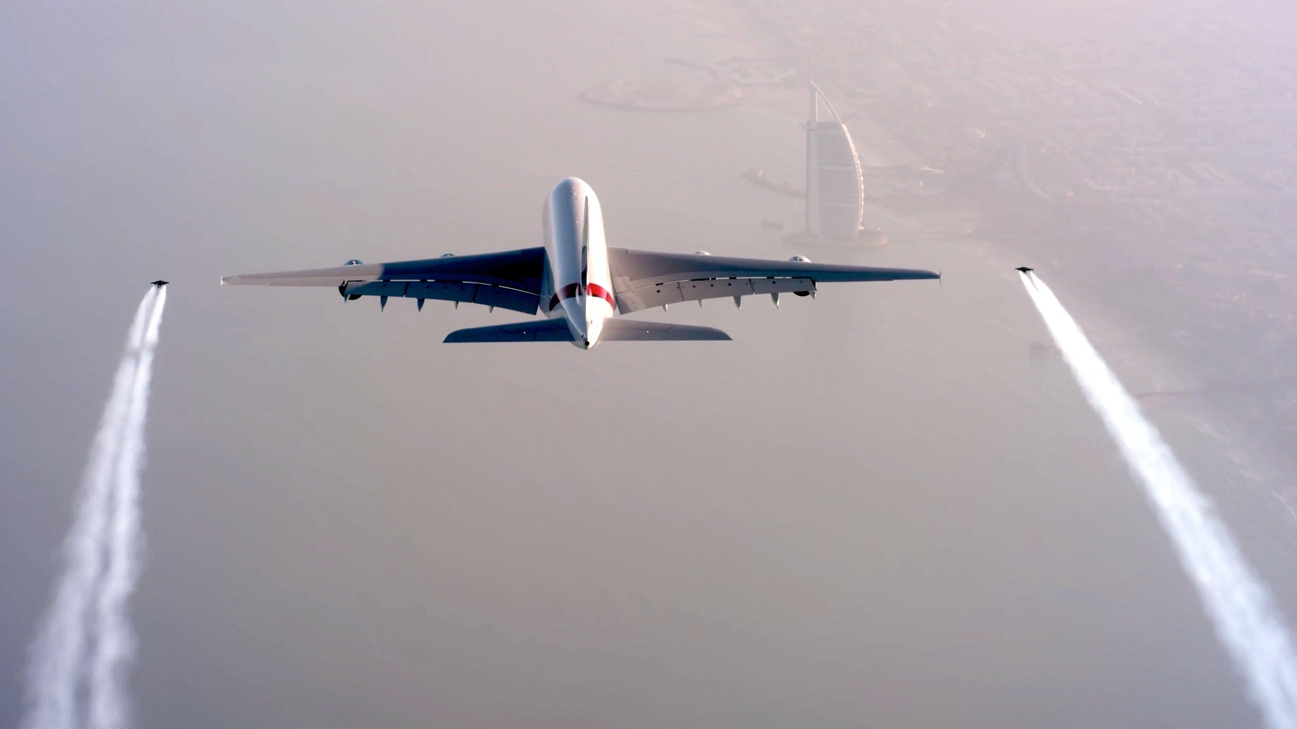 Fantastische Choreographie:Yves Rossy und Vince Reffet fliegen links und rechts neben den Tragflächen des riesigen Airbus'.