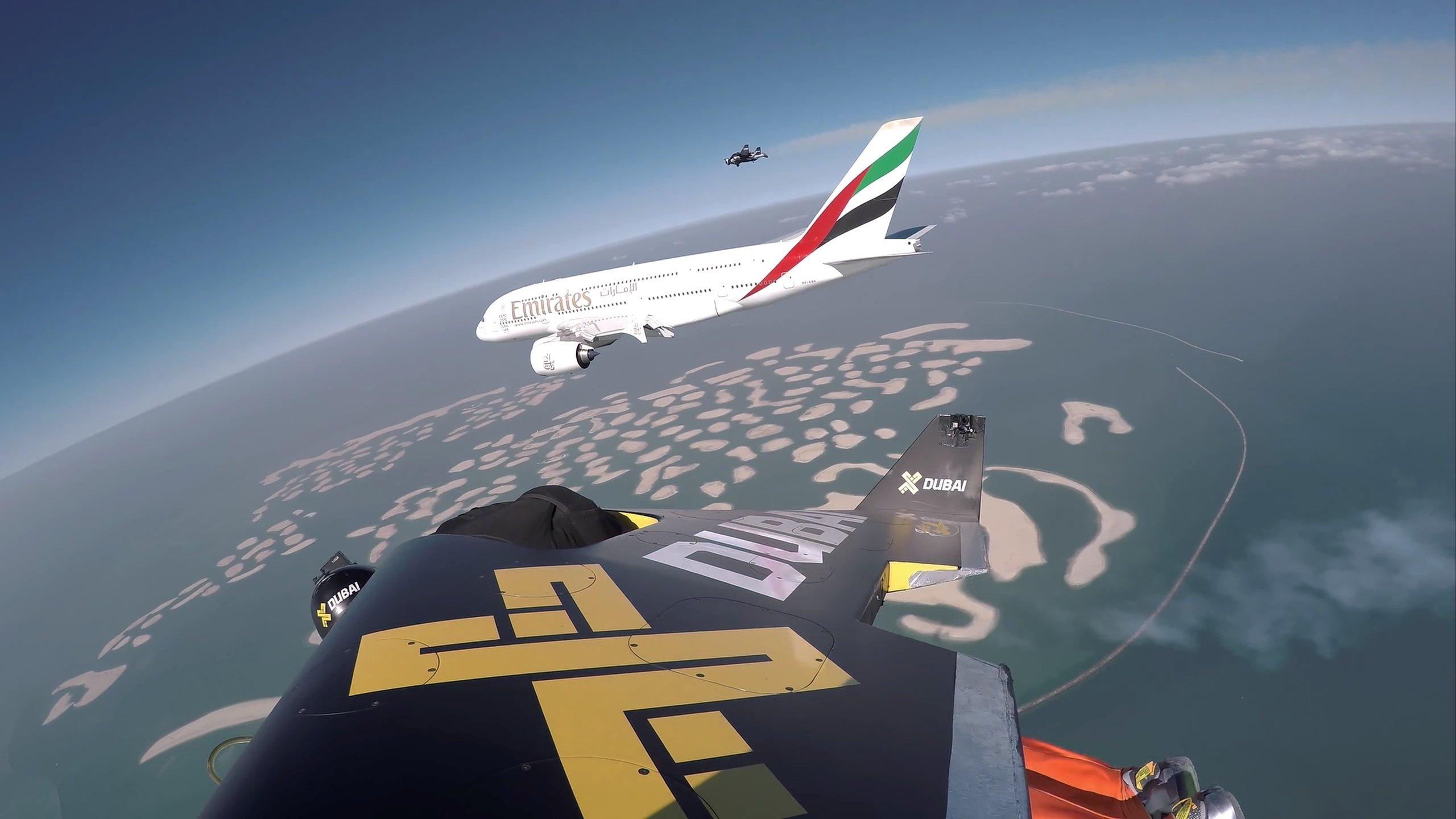 Wie kleine Insekten umschwirrenYves Rossy und Vince Reffet den Riesen-Airbus über derkünstlichen Inselgruppe Palm Jumeirah.