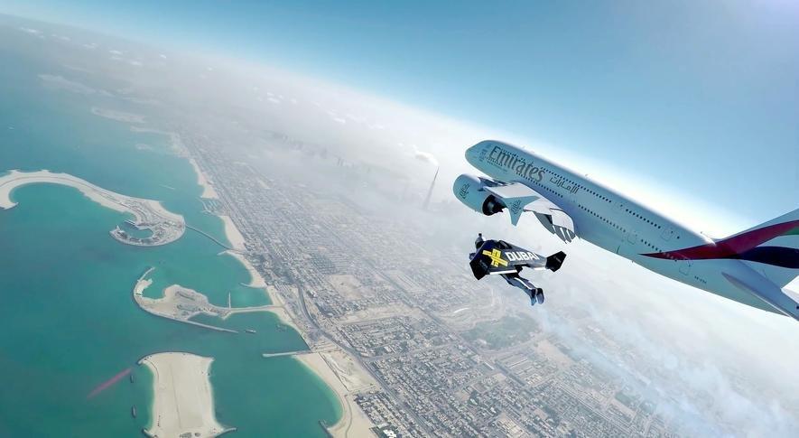 Irrer Stunt: Zwei Draufgänger fliegen mit Jetpack neben Riesen-Airbus