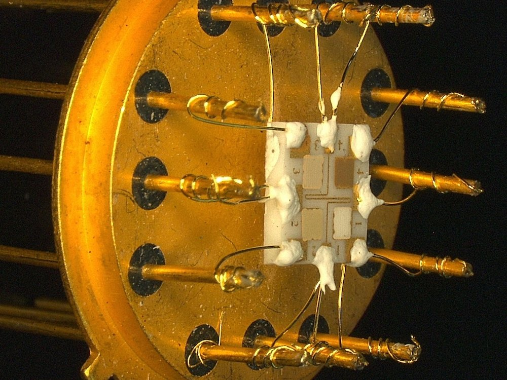 Der Sensor besteht aus vier Feldern mit unterschiedlichen Metalloxiden. Sie ändern ihren temperaturabhängigen elektrischen Widerstand bei Kontakt mit Gasen.