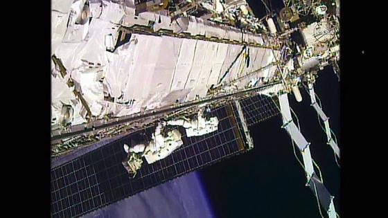 Lindgren und Kelly beim Außeneinsatz: Die Astronauten reparierten das Kühlsystem und entdeckten dabei ein Ammoniak-Leck.