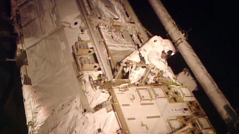 Astronaut Scott Kellybei der Reparatur des Kühlsystems.