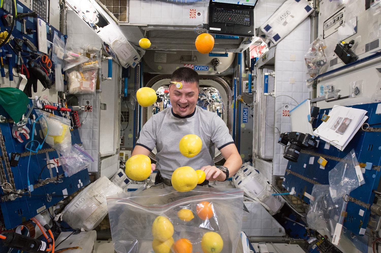 Astronaut Kjell Lindgren: Bei seinem Außeneinsatz kam er mit ausströmendem Ammoniak in Kontakt. Das Gas beschädigte seinen rechten Handschuh.