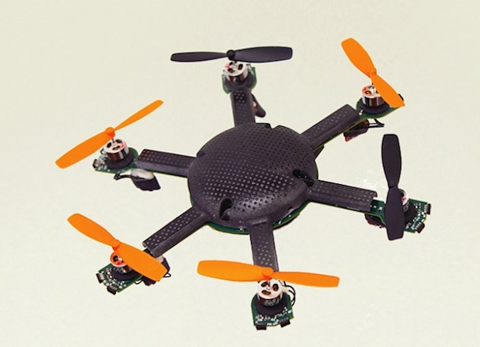 Die Mini-Drohne wiegt nur 80 g. Sie bezieht ihre Energie aus Batterien und kann zwei Stunden am Stück in der Luft bleiben.