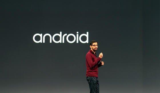 Google-Manager Sundar Pichai auf der Google-Entwicklerkonferenz in San Francisco: Angeblich will Google künftig nicht nur das Betriebssystem Android für Smartphones und Tablets anbieten, sondern auch Chips entwickeln. Ähnlich wie Apple hat Google dann die Kontrolle über Soft- und Hardware und kann die Leistung der Geräte optimieren.