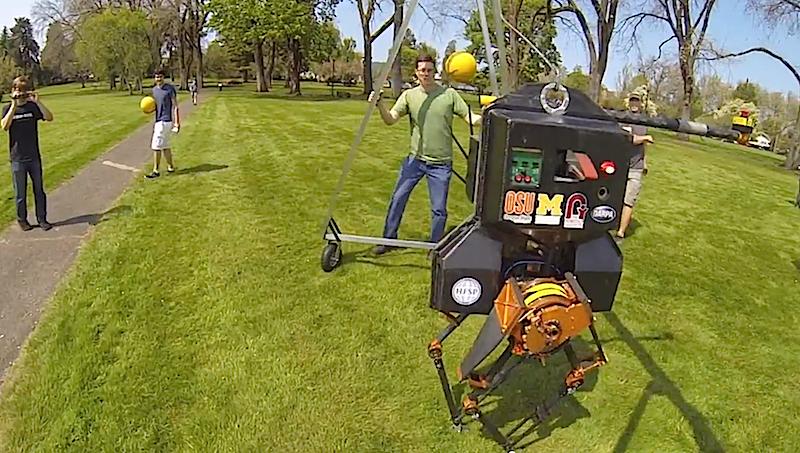 Der zweibeinige Roboter Atrias zeigt sich während eines Spaziergangs im Park standfest und lässt sich selbst von Balltreffern nicht aus dem Gleichgewicht bringen.