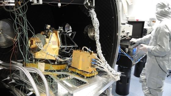 Forscher bereiten die Hochleistungskamera Cassis für Tests in der Vakuumkammer vor. Sie simuliert die Kälte des Weltalls.