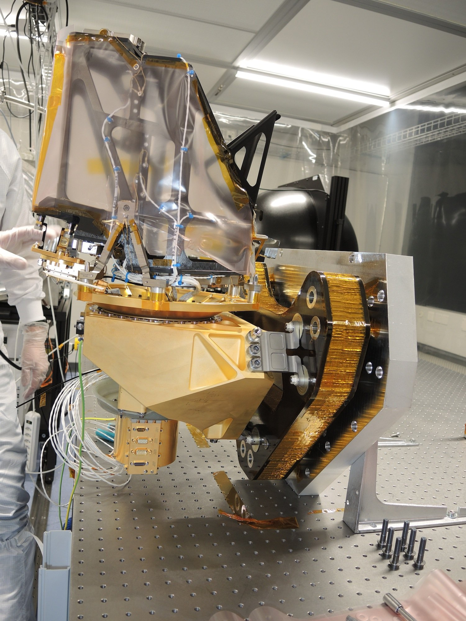 Die Hochleistungskamera Cassis: In der Mitte ragt ein in Folie eingehülltes Teleskop in die Luft.