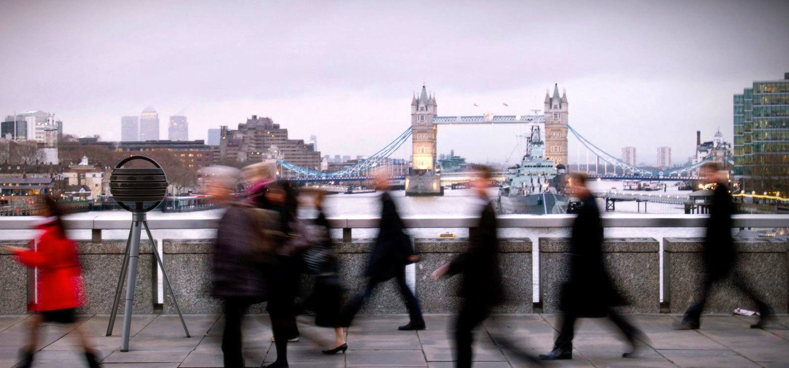 Hinten im Bild ist die Londoner Tower Bridge scharf zu erkennen. Am Schneidetisch kann der Filmemacher die Schärfe langsam so weit nach vorne ziehen, dass die Passanten scharf erscheinen.