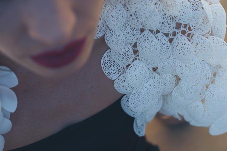 Kaum zu glauben: Ein Federn-Cape aus dem 3D-Drucker