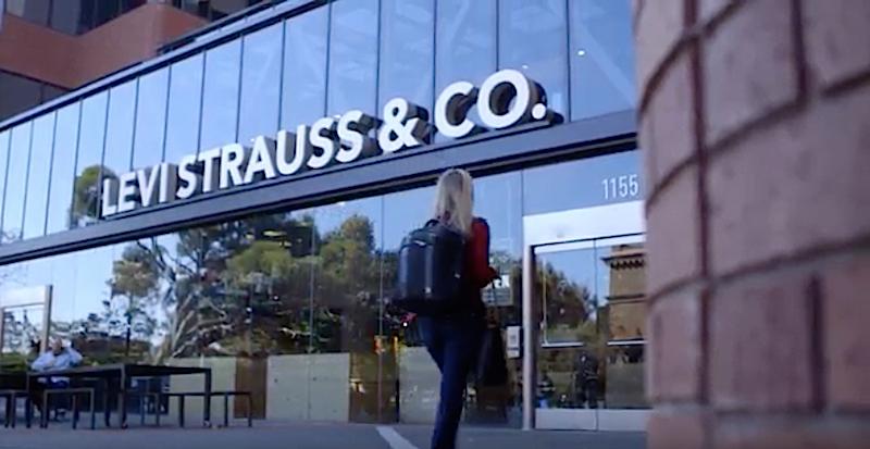 In drei Läden von Levi Strauss läuft derzeit ein Pilotprojekt, bei dem Hosen und Hemden, den Kunden beobachten. In Echtzeit teilt die Kleidung beispielsweise mit, ob sie in der Umkleidekabine überhaupt angezogen wurde.