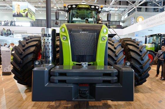 Gut, dass sie stehen: Bei den bulligen Landmaschinen, die es auf der Agritechnica zu sehen gibt, sind schon die Räder mehr als mannshoch.