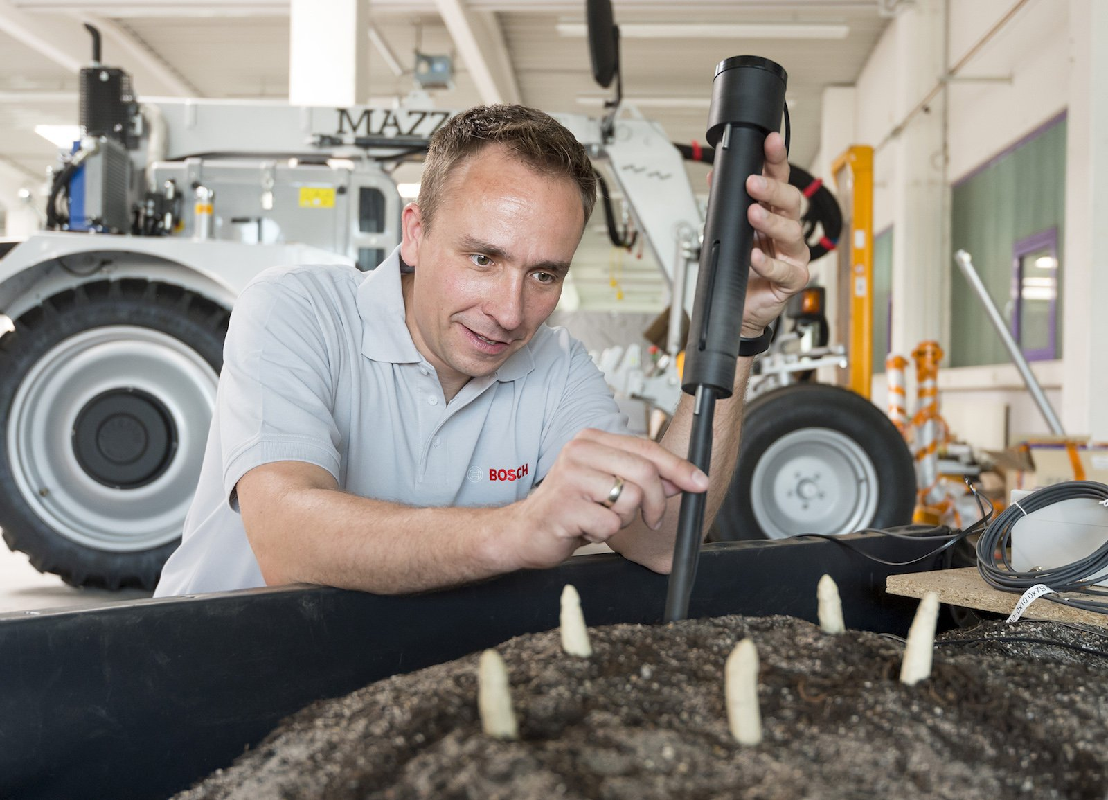 Bosch-Ingenieur Christian Lasarczyk bei der Arbeit mit einem Prototyp des Spargelsensors.