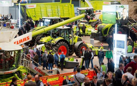 Die Landwirte sind los: Bereits mehr als 200.000 Besucher waren bereits in Hannover auf der Agritechnica 2015. Jeder vierte von ihnen ist aus dem Ausland angereist. Zu sehen gibt es allein 311 Neuheiten.
