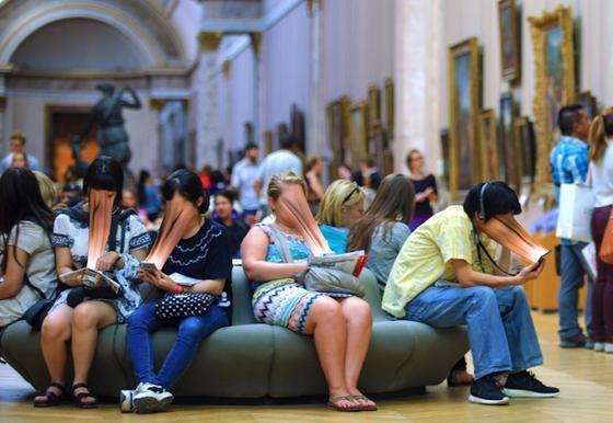 Besucher vertieft in ihr Smartphone im Louvre in Paris:Der französische Fotograf Antoine Geiger will mit seinen Bildern zeigen, wie sehr die Menschen dank Smartphone der realen Welt entfliehen.