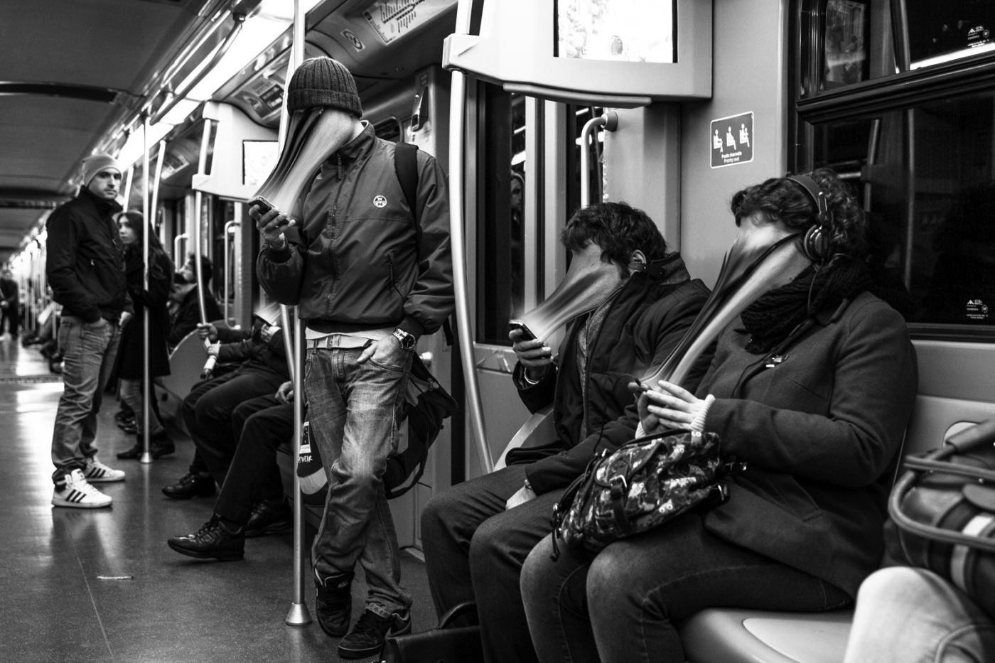 Auch der italienische Fotograf Max Cavallari hat Menschen in U-Bahnen und Wartehallenfotografiert, die völlig in ihre Smartphones vertieft sind.