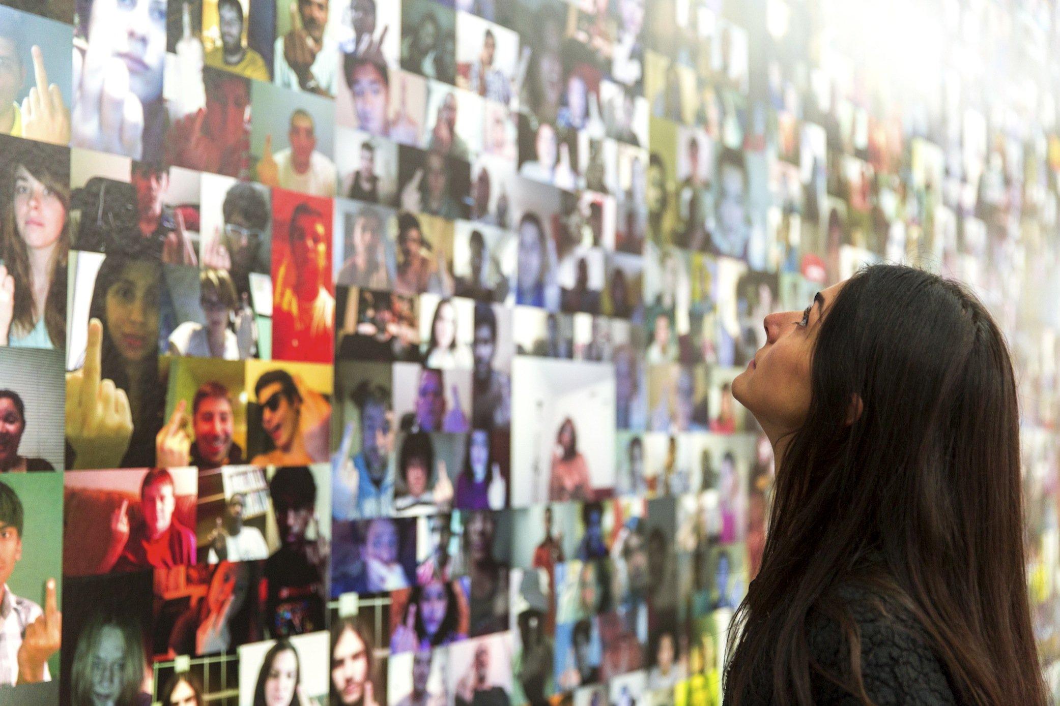 """Eine ganze Ausstellung widmet das NRW-Forum in Düsseldorf dem Selfie. Die Ausstellung """"Ego Update. Die Zukunft der digitalen Identität""""läuft noch bis zum 17. Januar 2016."""