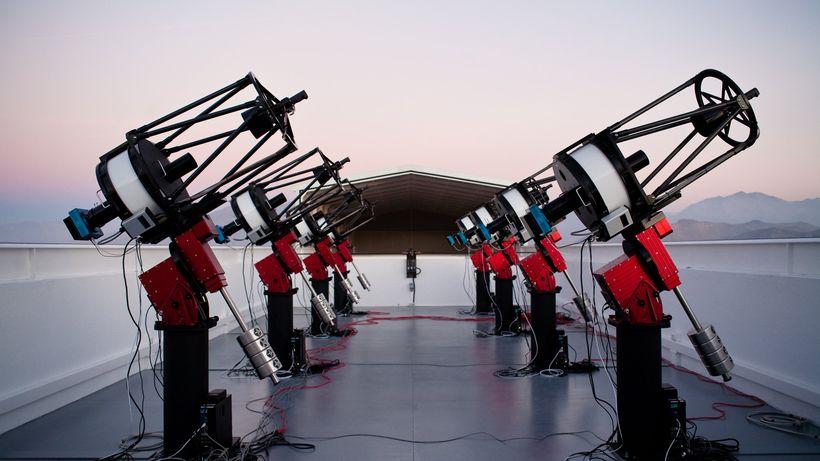 MEarth South Array Teleskope auf dem Berg Cerro Tololo in Chile: Die acht 40 cm großen Geräteregistrieren vollautomatisch die Helligkeiten von nahen, leuchtschwachen Sternen.