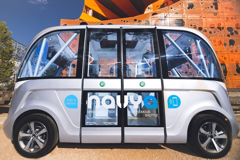 Mit einer Länge von 4,80 m ist der autonome Bus recht kompakt: Er bietet nur neun Passagieren Platz. An Bord ist außerdem eine Begleitperson, die den Bus im Notfall stoppt.