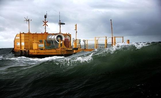 Vor der irischen Küste experimentieren gleich mehrere Unternehmen mit verschiedenen Konzepten für Wellenkraftwerke. Im Bild eine Turbine des Unternehmen OceanEnergy vor der Küste Corks.