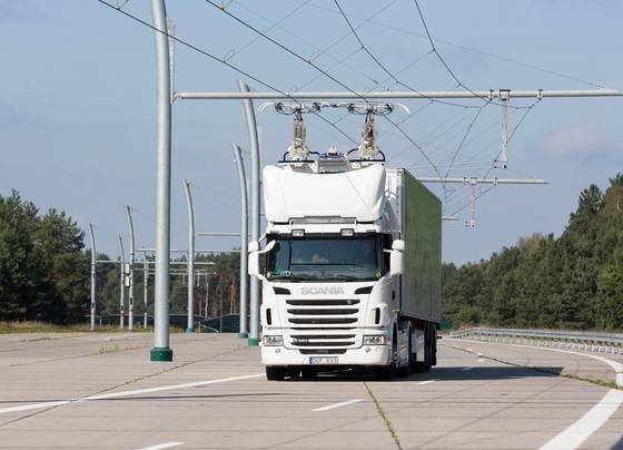 Siemens-Teststrecke in Templin-Groß Dölln: Ein Scania-Lkw zieht elektrische Energie aus einer Oberleitung.
