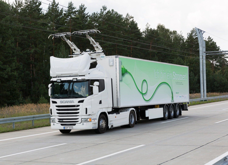 Der Hirschgeweih-ähnliche Stromabnehmer bügelt sich automatisch an die Oberleitung an. Der Hybrid-Lkw fährt dann mit seinem E-Motor und schaltet den Dieselmotor ab.
