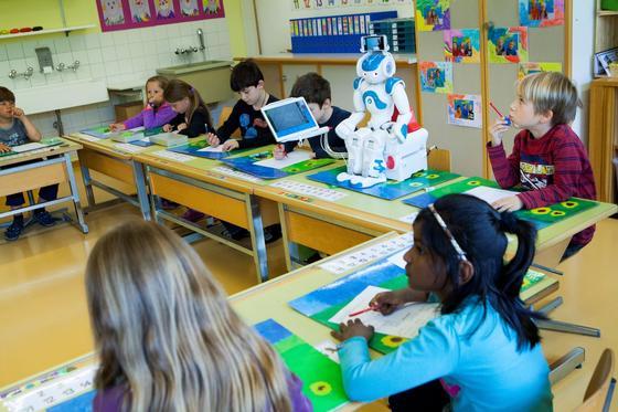 Roboter Nao passt im Klassenzimmer gut auf und übermittelt den Lernstoff an kleine Patienten im Krankenhaus.