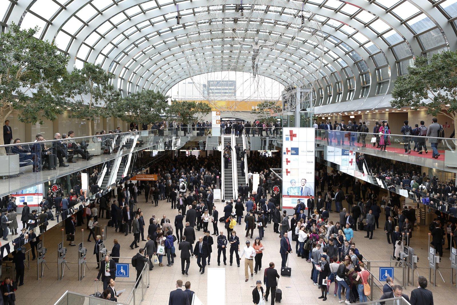 Im Rahmen der weltgrössten MedizinmesseMedica in Düsseldorf informieren sich 130.000 Fachleute, davon mehr als die Hälfte internationale Besucher.