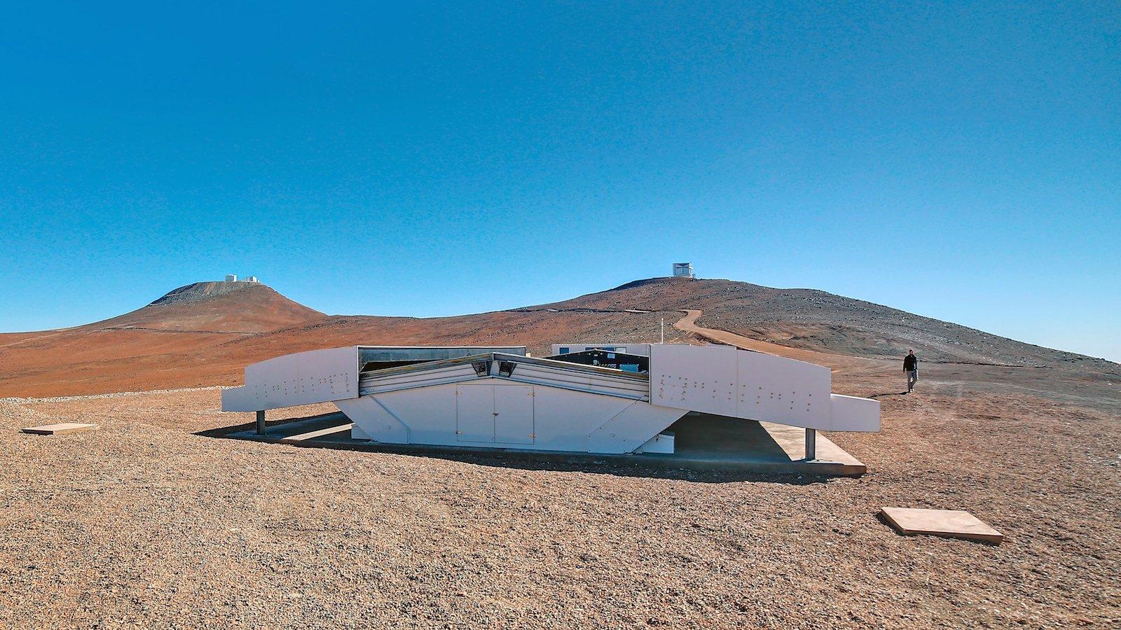 Das NTGS steht inder Atacamawüste im Norden Chiles. Der Standort in viertausend Metern über dem Meeresspiegel ermöglicht den Wissenschaftlern wegen vieler klarer Nächte und extrem trockener Luft beste Messergebnisse.