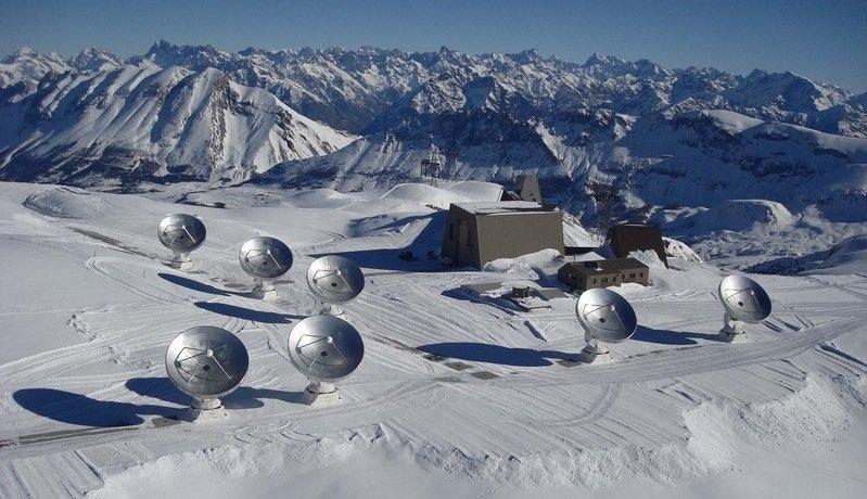 Antennen fürs All: Das Noema-Observatorium auf dem 2550 m hohen Plateau de Bure in den französischen Alpen mit seinen aktuell sieben 15-Meter-Antennen.