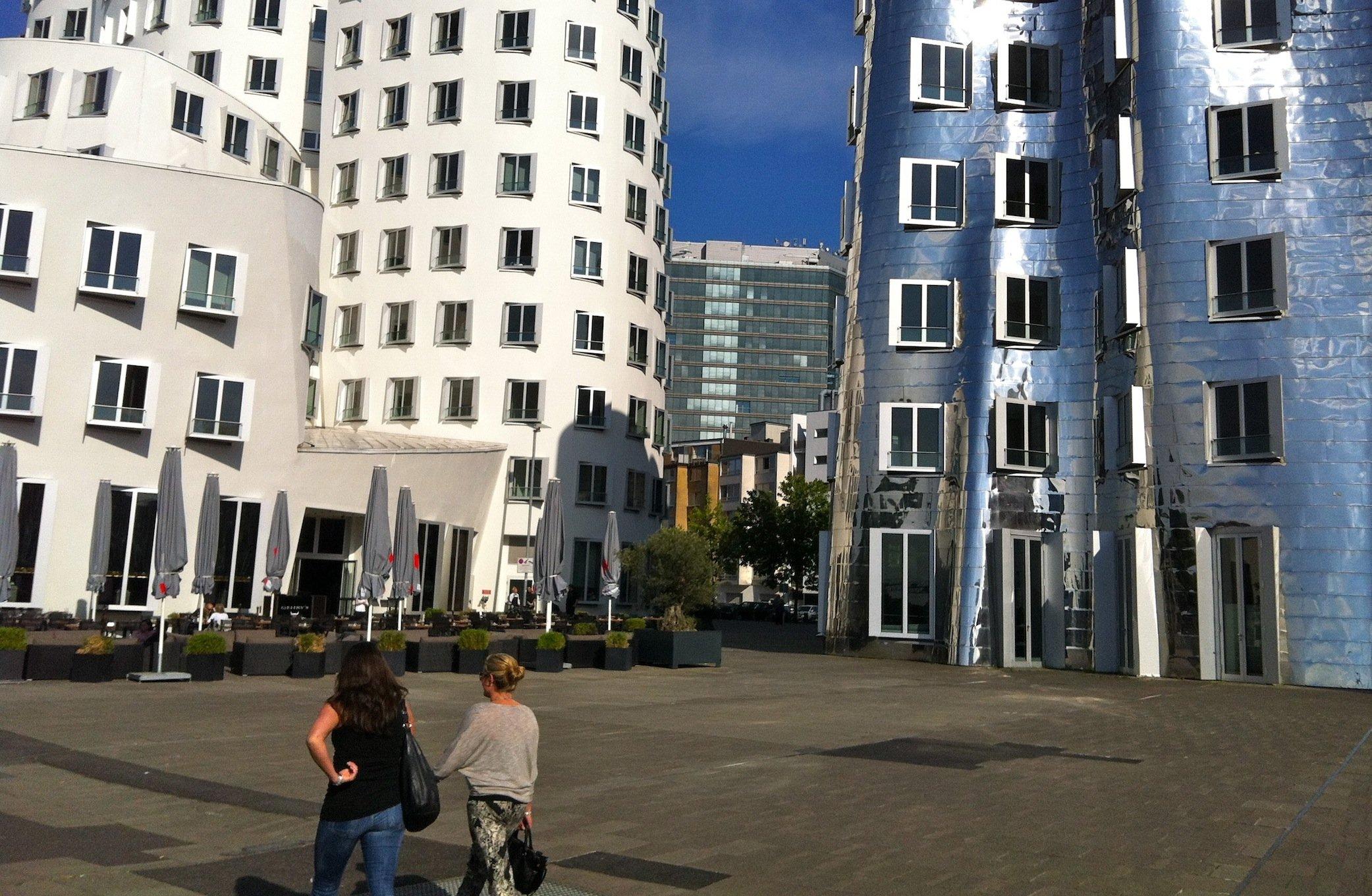 Im Düsseldorfer Zollhoff am Medienhafen hat auch derkanadisch-amerikanische Stararchitekt Frank O. Gehry Fenster eingesetzt, die aus der Fassade herausspringen. Allerdings lässt sich deren Stellung nicht verändern.