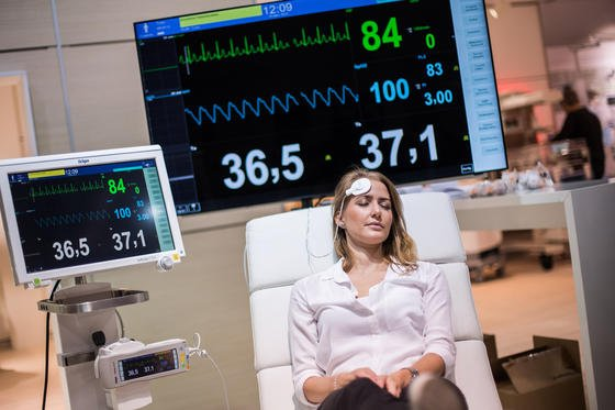 Ein Körperkerntemperatursensor ermittelt kontinuierlich die Körperkerntemperatur. Dank großer Displays auf der Medizintechnikmesse Medica sind die Werte nicht zu übersehen. Die Messe endet am 19. November 2015.