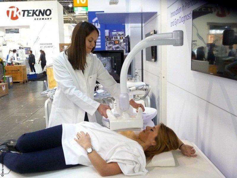 Ivenia Abus von GE Healthcare: Das Ultraschallgerät erstellt für die Brustkrebs-Früherkennung eine 3D-Ansicht der Brust auf mehreren Ebenen.