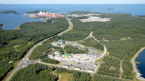 Luftbild der finnischen Halbinsel Olkiluoto: Im Hintergrund sind Atomreaktoren zu sehen. Das bebaute Areal im Vordergrund gehört zum Endlager Onkalo. Die finnische Regierung hat jetzt entschieden, dass hier künftig hochradioaktiver Müll endgelagert werden soll. Für 100.000 Jahre.