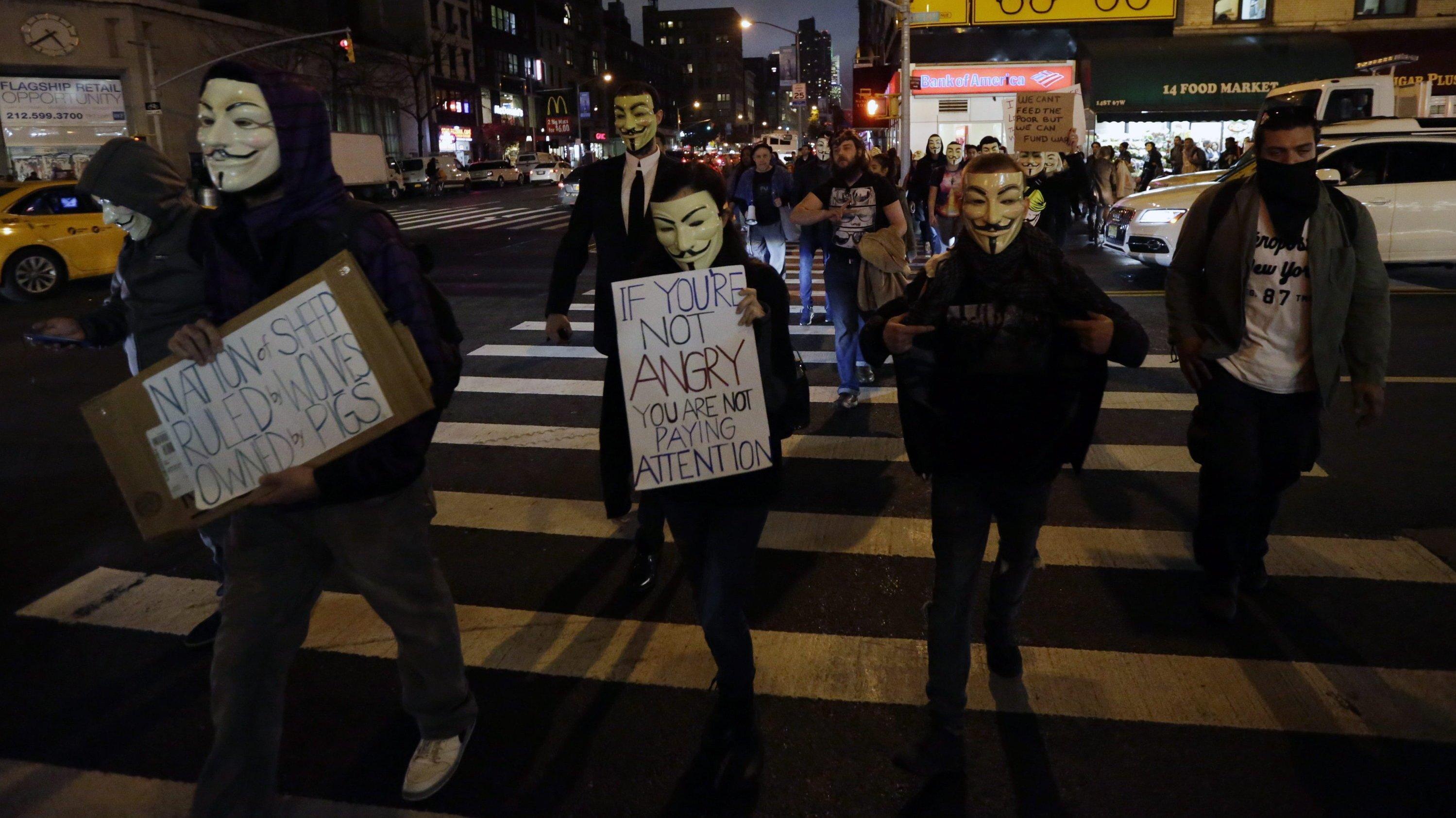 Die Guy-Fawkes-Maske steht für anonymen, allgegenwärtigen Widerstand. Guy Fawkes war ein katholischer Offizier des Königreichs England, der am 5. November 1605 in London ein Sprengstoff-Attentat auf dessen König Jakob I. und das englische Parlament versuchte. Das Foto zeigt Demonstranten am 5. November 2015 in New York anlässlich des Jahrestags.
