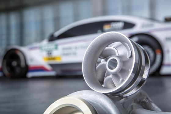 Dieses sechflügelige Pumpenrad stammt aus dem 3D-Drucker. Zum Einsatz kommt das robuste Aluminium-Bauteil im DTM-Rennwagen BMW M4. Seit 25 Jahren produziert BMW Bauteile in additiver Fertigung.