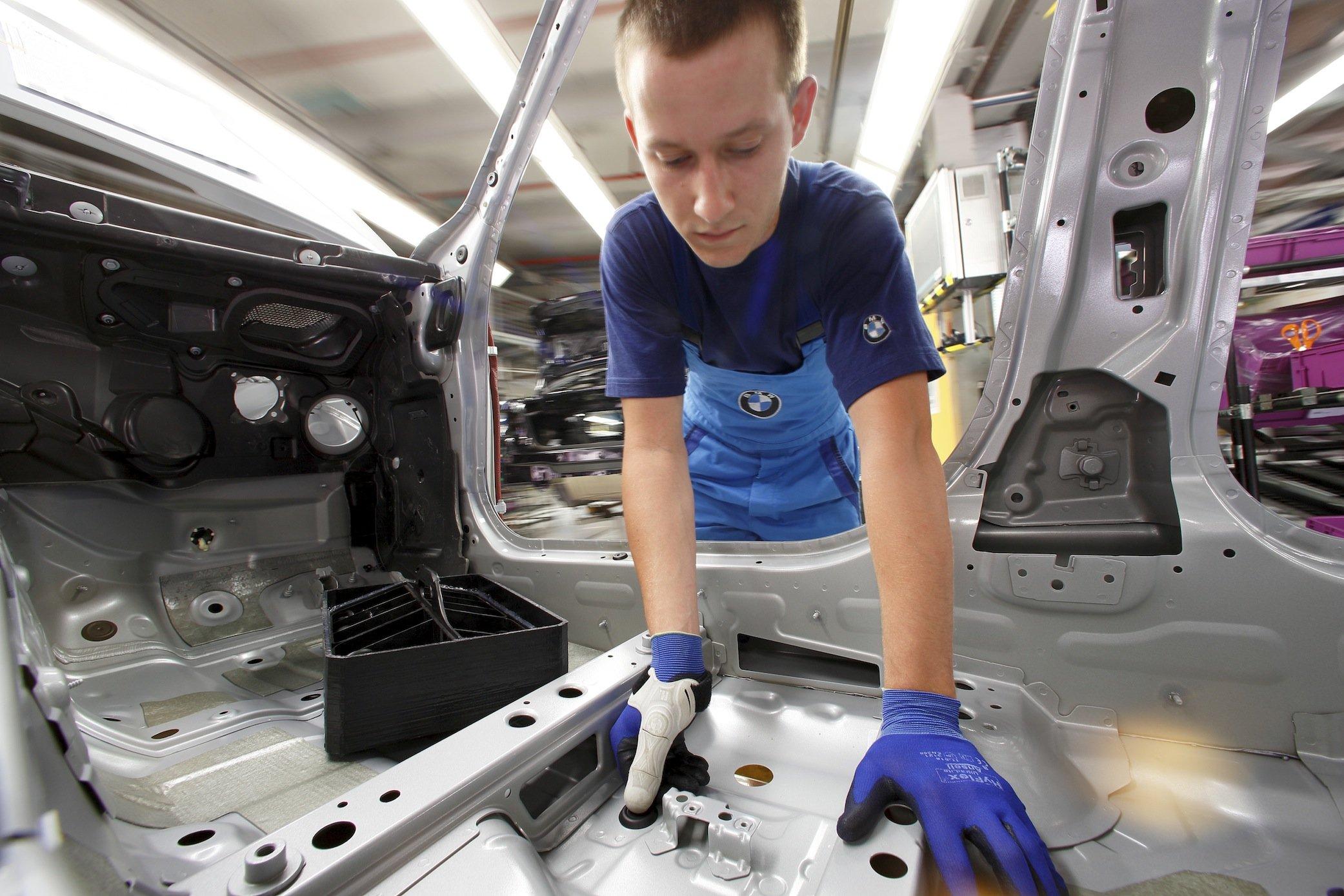 Im der gleiche Knopfdruck mit dem Daumen: Für Montagemitarbeiter fertigt BMW mit dem 3D-Drucker ein ergonomisches Hilfswerkzeug, das die Daumen vor übermäßiger Belastung schützt. Es wird für jeden Mitarbeiter individuell hergestellt.
