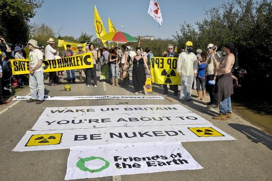 Demonstration gegen die Erweiterung der Atomanlage Hinkley Point in Großbritannien: Innerhalb von zehn Jahren will das Land alle Kohlekraftwerke einmotten und stattdessen Atom- und Gaskraftwerke ausbauen.