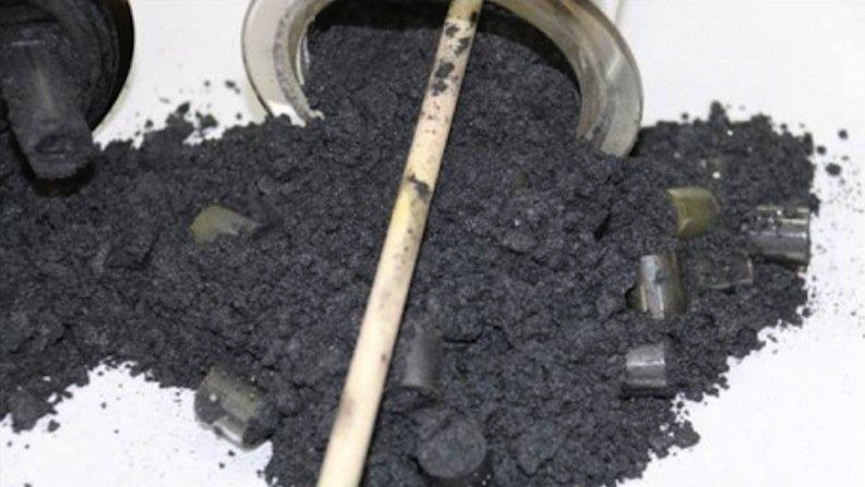 Beim Cracken von Methan entsteht als Nebenprodukt fester schwarzer elementarer Kohlenstoff.