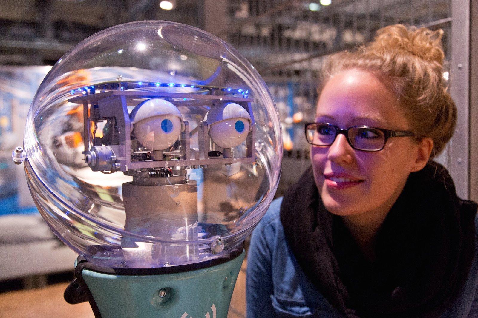 Wenn schon Roboter-Ausstellung, dann auch richtig: Dieses selbstfahrende Exemplar führt die Besucher durch die Dasa-Ausstellung. An seiner Seite: Dasa-Volontärin Magdalena Roß.