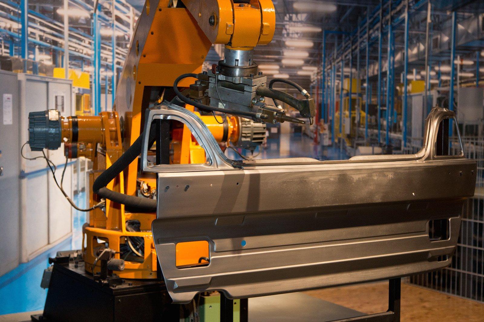 Industrieroboter von VW aus dem Jahr 1975:Die Firma General Motors setzt 1961 in denUSAzum ersten Mal Industrieroboter ein, um Autos zu bauen. Heute arbeiten weltweit rund 1,5 Millionen Industrieroboter, davon 80% in der Autoindustrie.